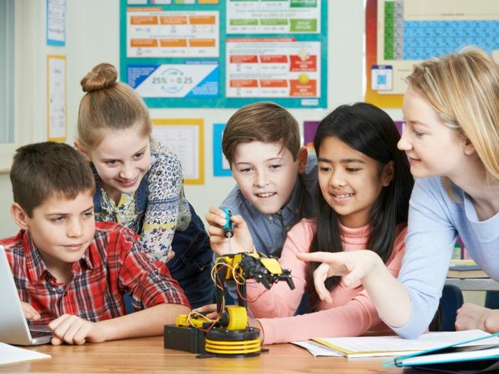 Esperando a la IA en la Educación: robots, programación, drones y realidad virtual y aumentada en las aulas