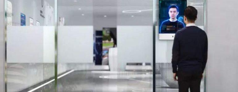 Escaneo facial en la oficina de policía gestionada por inteligencia artificial